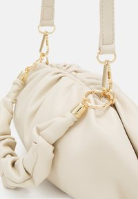 Pieces - PCPIPPA CROSS BODY - Handbag - cloud dancer/gold - 4