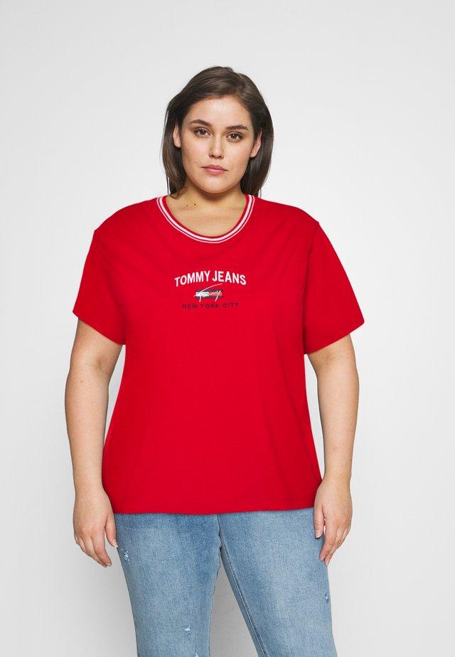 TIMELESS SCRIPT TEE - T-shirt imprimé - deep crimson