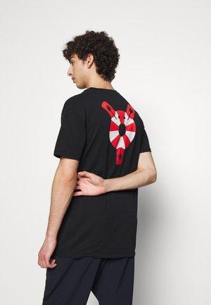 THE TEE - Print T-shirt - lifesaving lobster black