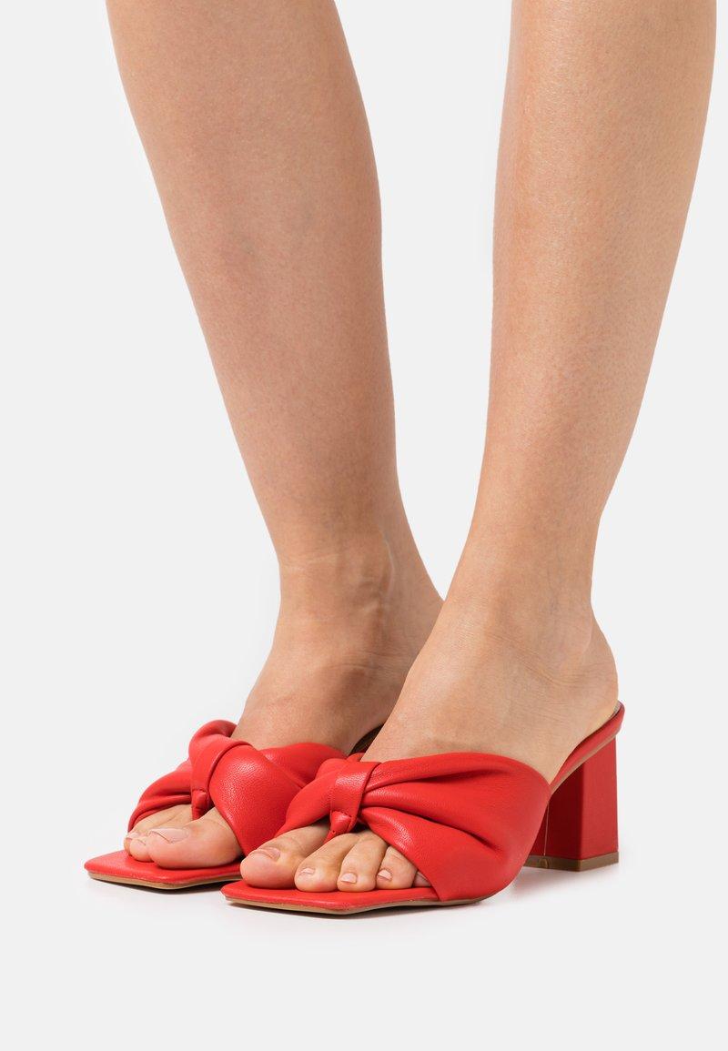 RAID Wide Fit - WIDE FIT KYOTO - Sandály s odděleným palcem - red