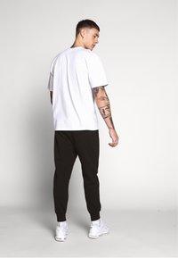 Nike Sportswear - CLUB - Teplákové kalhoty - black/black/dark grey/(white) - 2