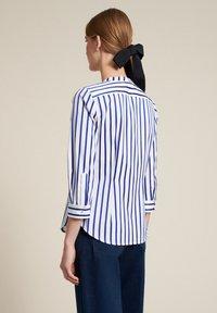 Luisa Spagnoli - BILANCIO - Button-down blouse - bianco/righe azzurre - 1