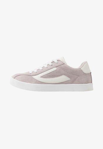 RETRO TRIM UNISEX - Sportovní boty - light lilac/eggshell