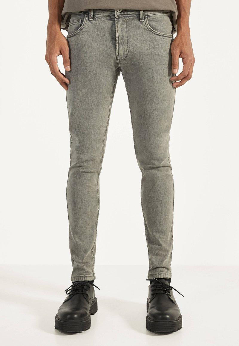 Bershka - Jeans Skinny Fit - light grey