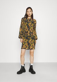 Never Fully Dressed - PLISSE DRESS - Denní šaty - orange - 0