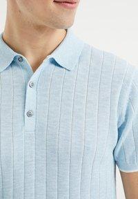 WE Fashion - MET STREEPSTRUCTUUR - Polo shirt - light blue - 3