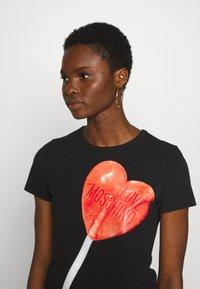Love Moschino - Printtipaita - black/red - 3