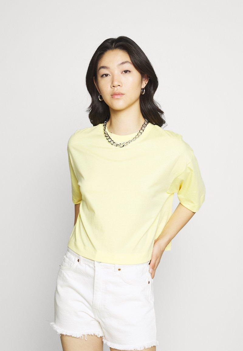 EDITED - SILA - Basic T-shirt - sunshine gelb