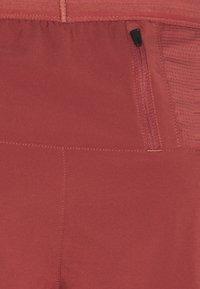 Nike Performance - FLEX STRIDE SHORT - Pantalón corto de deporte - claystone red/reflective silver - 2