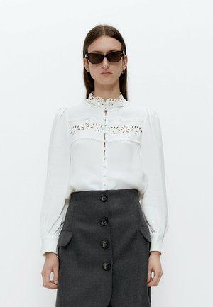 MIT BLUMENSTICKEREIEN  - Button-down blouse - white