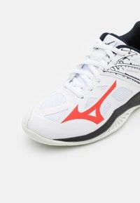 Mizuno - LIGHTNING STAR Z5 JUNIOR UNISEX - Volleybalschoenen - white/ignition red/salute - 5