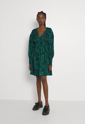 VMCAIA SHORT DRESS - Day dress - cadmium green
