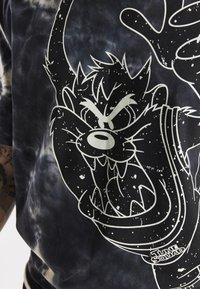 SIKSILK - SPACE JAM MARBLE WASH GRAPHIC TEE - T-shirt imprimé - black/ecru - 4