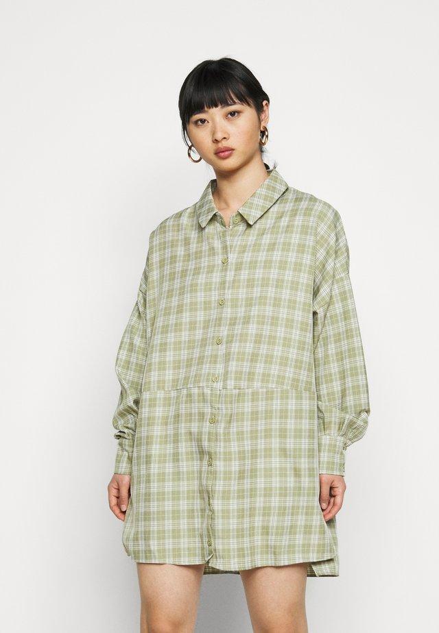 OVERSIZED DIP BACK DRESS - Sukienka koszulowa - sage