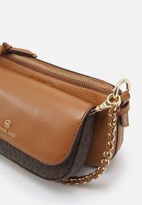 MICHAEL Michael Kors - JET CHARMMD POUCH XBODY SET - Handbag - brown/acorn - 7