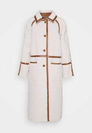 ELIZA CONTRAST BORG - Klasický kabát - cream