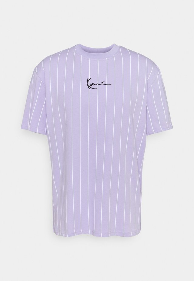 SMALL SIGNATURE PINSTRIPE TEE UNISEX - T-shirt med print - lilac/white