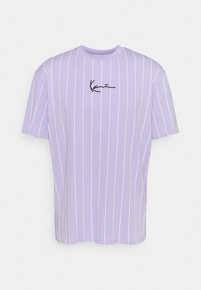 SMALL SIGNATURE PINSTRIPE TEE UNISEX - T-shirt imprimé - lilac/white