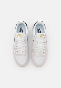 Nike Sportswear - INTERNATIONALIST - Trainers - summit white/black/metallic gold/white - 5