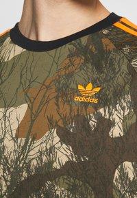 adidas Originals - CAMO TEE - T-shirt imprimé - hemp/brooxi/eargrn/ - 3