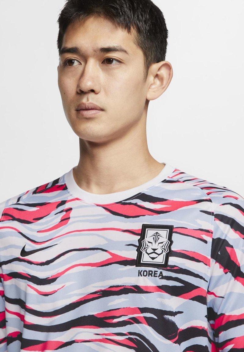 Nike Performance NIEDERLANDE - T-Shirt print - white/royal tint/black/weiß CXXt4S