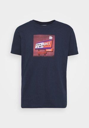 PHOTO TEE - Print T-shirt - twilight navy