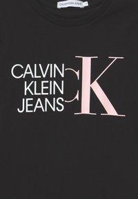 Calvin Klein Jeans - HYBRID LOGO SLIM - Camiseta estampada - black - 2