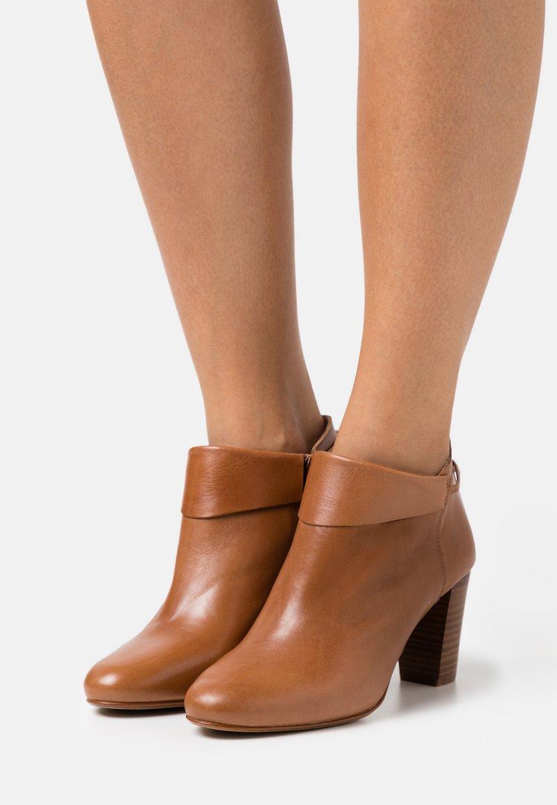 San Marina - MAYELIS - Ankle boots - camel