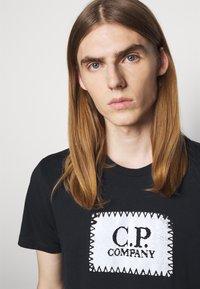 C.P. Company - SHORT SLEEVE - T-shirt imprimé - total eclipse - 3