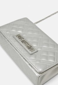 Love Moschino - EVENING BAG - Taška spříčným popruhem - silver - 5