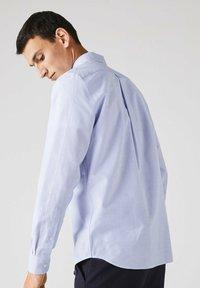 Lacoste - LACOSTE - Shirt - blanc / bleu - 2
