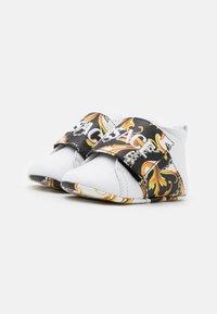 Versace - RICAMO ACANTHU UNISEX - První boty - white/black/gold - 1