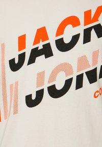 Jack & Jones - JCOALPHA TEE - T-shirt med print - silver birch - 5