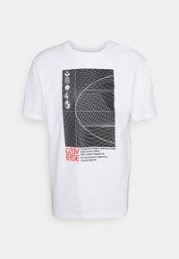 Converse - WARPED COURT SHORT SLEEVE TEE - Print T-shirt - white - 0