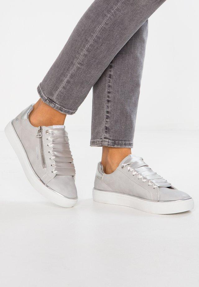 Zapatillas - hellgrau