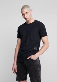 Calvin Klein Jeans - BADGE TURN UP SLEEVE - Triko s potiskem - black - 0