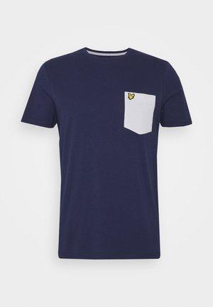 CONTRAST POCKET - Print T-shirt - navy/ grey fog