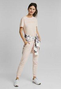 Esprit Sports - MIT LOGO-PRINT - Print T-shirt - peach - 1
