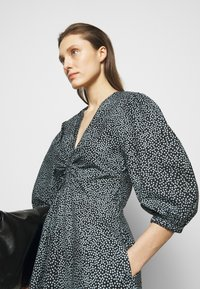 Proenza Schouler White Label - EXAGGERATED SLEEVE FITTED DRESS - Denní šaty - steel blue/black - 3