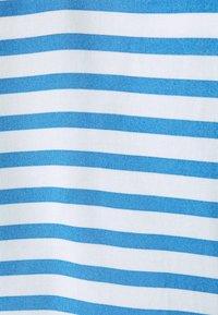 TOM TAILOR DENIM - V NECK  - Print T-shirt - mid blue/white - 2