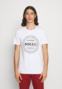 CLOSURE London - LOGO EMBLEM TEA - Print T-shirt - white - 0