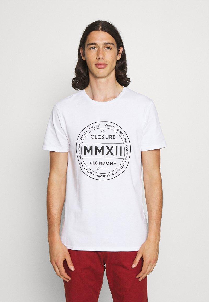 CLOSURE London - LOGO EMBLEM TEA - Print T-shirt - white