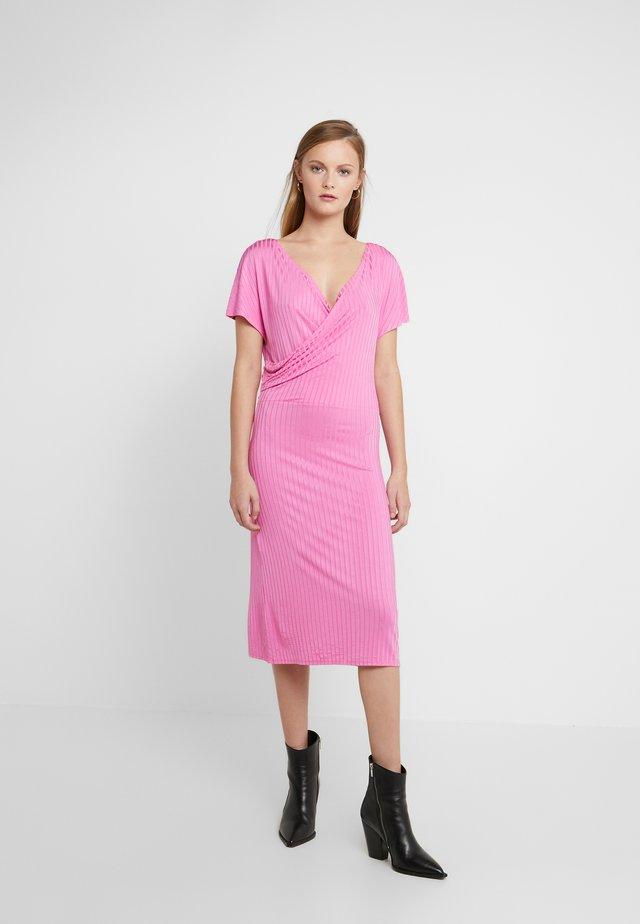 NAVIA - Sukienka dzianinowa - vibrant pink