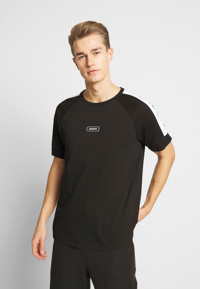 WITH FRONT PATCH AND CONTRAST COLOUR ON SHOULDER - T-shirt z nadrukiem - black