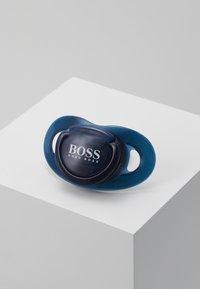 BOSS Kidswear - DUMMY - Dudlík - bleu cargo - 0