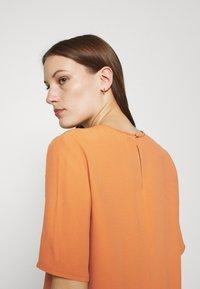 IVY & OAK - TIANA - Basic T-shirt - sienna autumn - 5