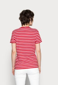 Tommy Hilfiger - NEW V-NECK TEE - Print T-shirt - red - 2