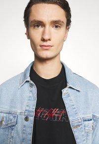 Night Addict - NASPIRIT - T-shirt med print - black - 3