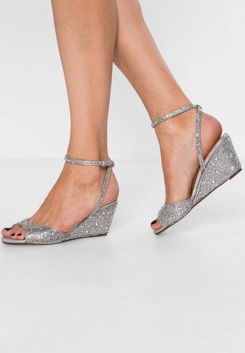 ELORA - Sandaletter med kilklack - silver