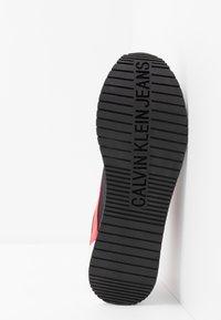 Calvin Klein Jeans - JERROLD - Sneakersy niskie - black/racing red - 4